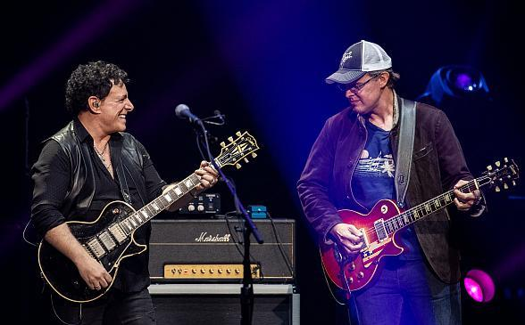 NEAL-SCHON-JOE-BONAMASSA-las-vegas-photo-by-ErikKabik